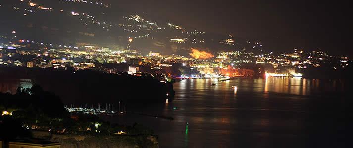 Veduta notturna della penisola sorrentina